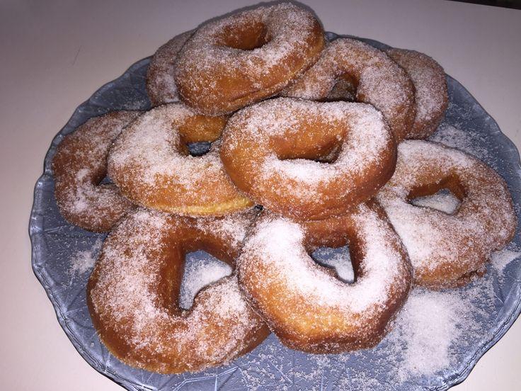 Donuts con macchina del pane  http://www.cucinaconbenedetta.com/?p=5714  I donuts con macchina del pane, o ciambelle fritte come le chiamiamo noi, sono dei dolci di pasta lievitata fritti e guarniti con varie glasse o semplice zucchero. Naturalmente io adoro i donuts, ma i veri fanatici sono i miei figli che riescono a mangiarne delle quantità incredibili! Dato che a...  #Dolciedesserts, #Ricette #Benedetta #Cucina