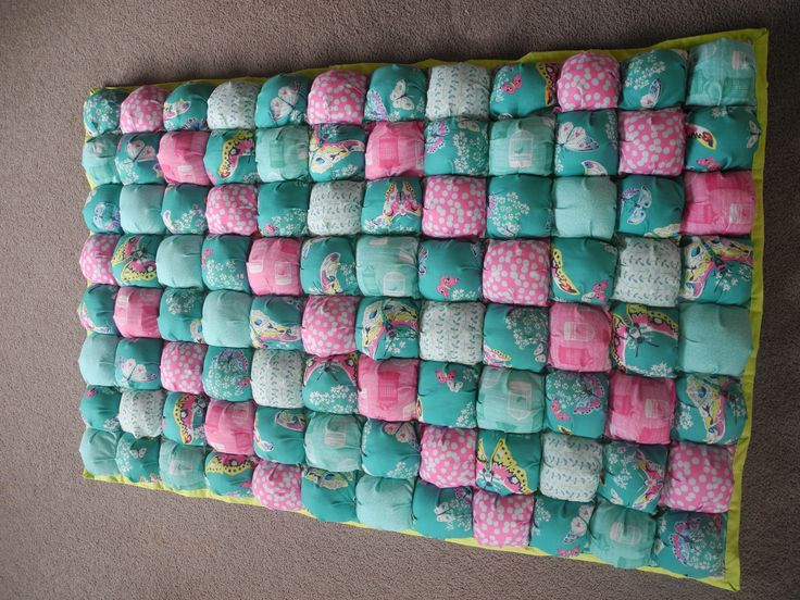 this is my first finished Bubble Quilt / Puff Quilt for my Daughter Franca, I had so much fun making it and she loves to lie down on it with her twin brother and drink their bottles.