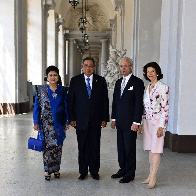 Indonesian President Susilo Bambang Yudhoyono (2-L) and his wife Kristiani Herawati (L) pose with Swedish King Carl XVI Gustaf (2-R) and Queen Silvia (R) during a visit at the Stockholm Palace on 28 May 2013