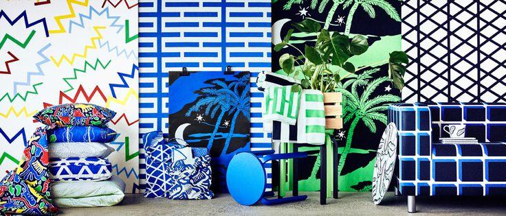 Collezione AVSIKTLIG che include cuscini con motivi colorati, asciugamani a righe bianche, verdi, blu e nere, una fodera per divano con motivo geometrico blu e tessuti già tagliati con disegni vari - IKEA