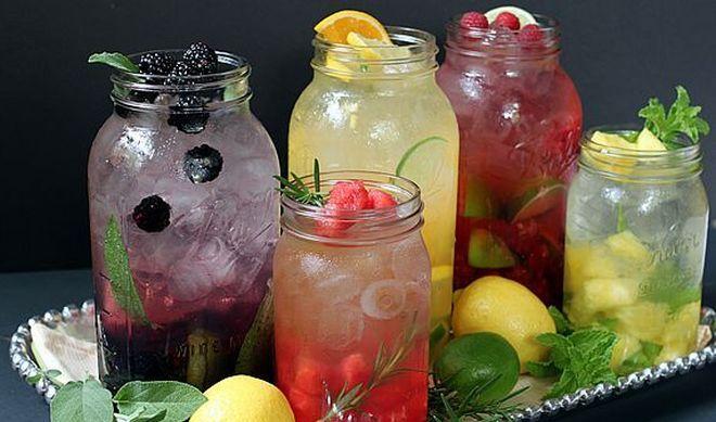 Přírodní ochucená voda s ovocem