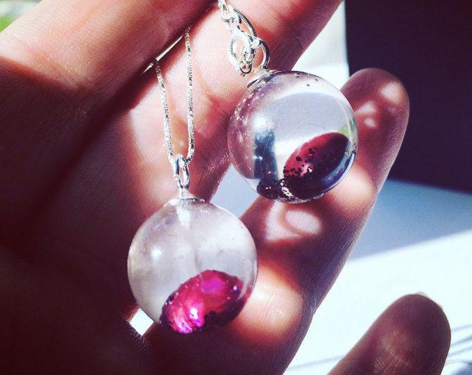 Aesidhe.com | colgante de plata 925 con perla de cultivo encapsulada en una esfera de resina de cristal