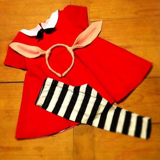 Olivia the pig costume. @Angélica Williamson...I think Victoria needs this! :)