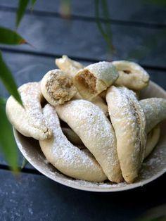 Cornes de Gazelle - 400 g farine - 160 g beurre - 1 blanc d'oeuf - 200 ml fleur d'oranger - Farce : 400 g poudre d'amande - 150 g sucre glace - 1 c.s miel - 10 g beurre - 100 ml fleur d'oranger - 230°C avant la cuisson - 180°C pendant 15 min.