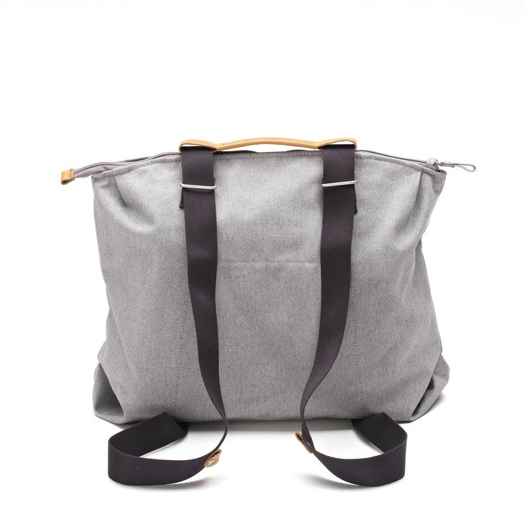 QWSTION -SIMPLE ZIPTOTE ORGANIC RAWCYCLED - We've always liked simple holdalls, but also the comfort of a backpack when carrying some weight. Our new Simple Ziptote offers both. With a volume suited for daily use, an outside and some inside pockets and our Simple-Strap-System®, you get lots of versatility with classic style.