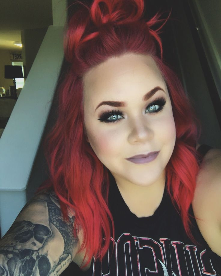 Manic panic vampire red and L'Oréal hicolor magenta on the roots. Kat von d foundation Anastasia Beverly Hills eyes Urban decay blush and highlight