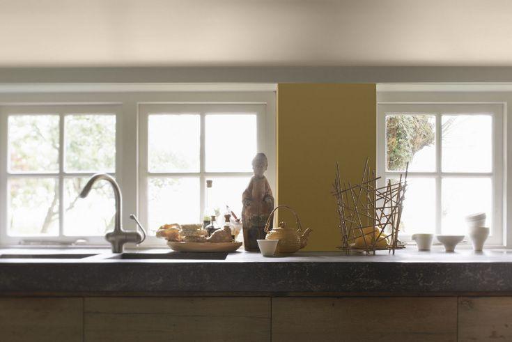 Met een pot verf kan je veel bereiken. Schilder een muurtje als accent in een vrolijke kleur geel. Door de rest van het interieur  rustig en naturel te houden zie je dat het geel niet té heftig wordt. De tint geel die je gebruikt bepaalt een groot deel van het effect. Vraag vooraf om een aantal grote kleurstalen of kleur testers zodat je de mooiste kleur bij het lichtinval van de ruimte kan uitzoeken.