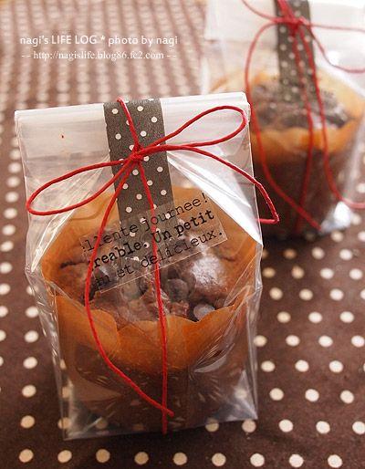 焼菓子のラッピング マフィン用のマチ付きのOPP袋にマフィンを入れ、 長めに切ったマスキングテープで留めて、上からリボンをかけました。 リボンがずれないように英字プリントのセロハンテープを留めて完成。