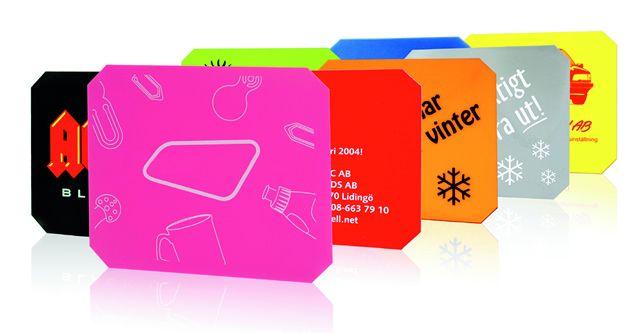 Isskrape, Original - ECpromotion.com Isskrape, original : Materiale: Polystyrenplast / Akryl.9 standard farger tilgjengelig. Isskrape PLPR-63101 Solid isskrape produsert i stert polystyrenplastmateriale med avskårne hjørner. De skarpe kanter sørger for et raskt og godt resultat.  Materiale: polystyrenplast / akryl Mål: 120 x 100 mm. Maks. dekorflate: 110 x 90 mm Farger: Hvit, gul, blå, rød, sølv, svart, limegrønn, oransje samt i transparent rød, blå, limegrønn og frosted hvit.