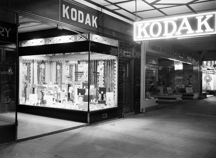 Boutique et enseignes Kodak, à Cairns, Australie, c. 1950.