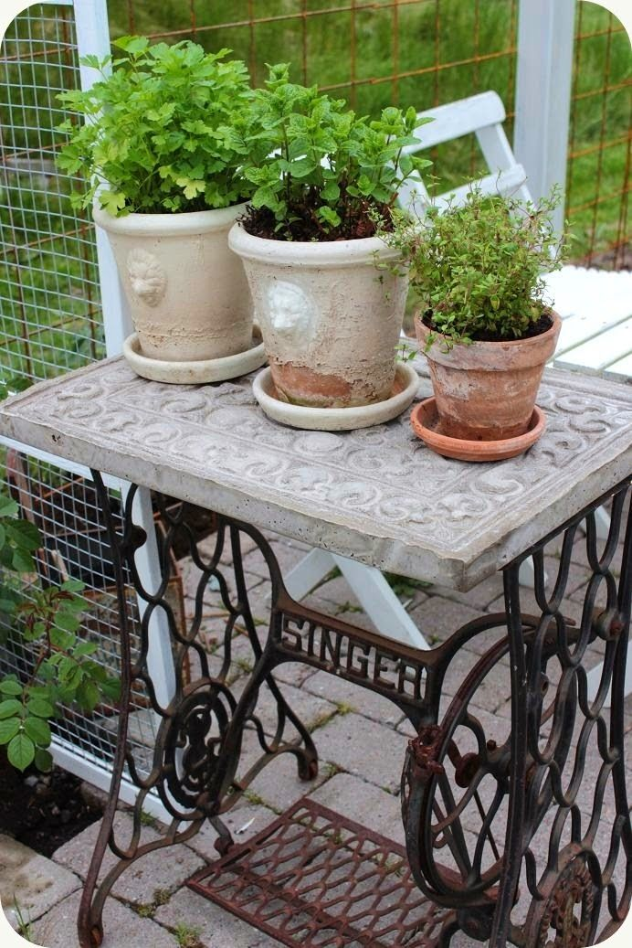 I did a little table like this for my backyard. I like the top on this one better.