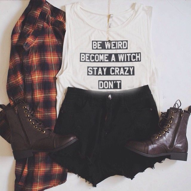 Camicia di Flanella T-Shirt con scritte Casual Pantaloncini a vita alta neri Stivaletti