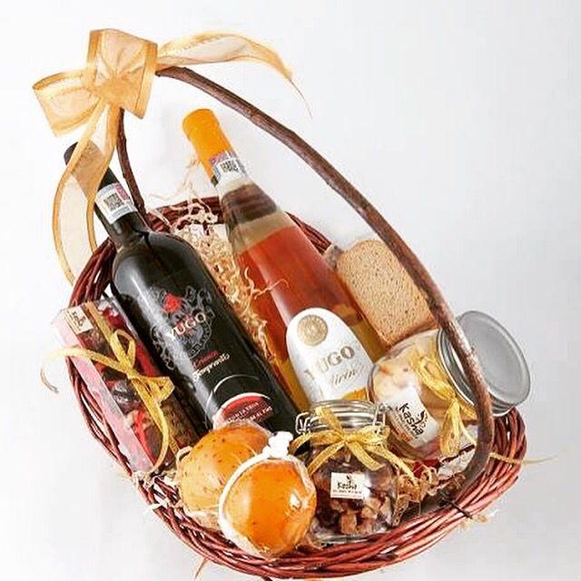 Canasta con Vinos Españoles, Queso Provolone, Galletas y Chocolates