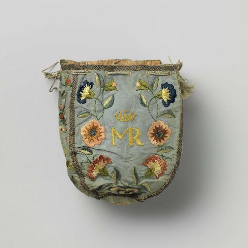 Beurs van lichtblauwe tafzijde versierd met veelkleurig geborduurde bloemen, waartussen enerzijds 'IHS' en anderzijds de gekroonde initialen 'MR', anoniem, ca. 1750 - Rijksmuseum