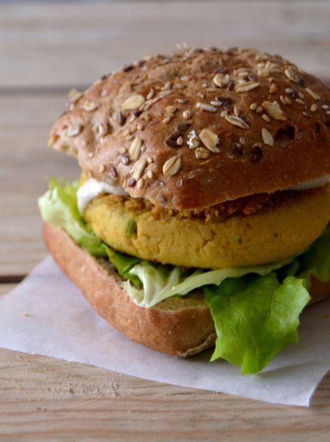 Hambúrgueres de grão-de-bico e caril // Curry chickpea burgers