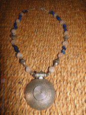 Collar, con colgante de plata, de lapislazuli y cuarzo rosa (26,5cm)