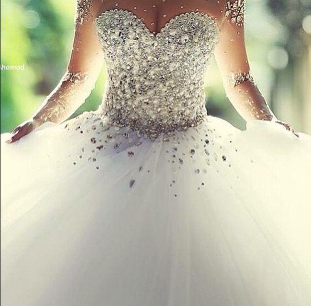 Vous allez bientôt vous lancer et vous marier? Qu'est ce que serait un mariage parfait sans la robe de la mariée. Quatorze robes de mariées super glamours et romantiques. ROBE FLEURIE ROBE BLING BLING ROBE TUBE DENTELLE ROBE SEXY GLAMOUR ROBE …