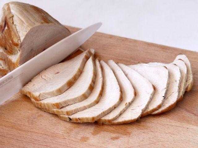 TACCHINO ARROSTO TONNATO 3/4. A cottura ultimata fate ridurre, se necessario, il sugo di cottura e lasciate raffreddare la carne completamente. Tagliate la fesa a fette sottili. #food #fileni #cucina #ricette #drink #kitchen #recipes http://www.fileni.it/Tacchino_arrosto_tonnato