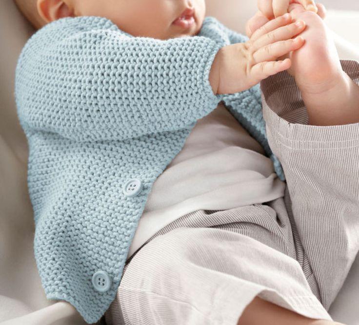 Un petit modèle de gilet au point mousse pour le tout petit tricoté en Fil cabotine, coloris Azur. Les débutantes vont adorer pouvoir tricoter ce modèle facile et adorable.Modèle N°7 du mini-catalogue N°644 : Printemps/Eté 2016, Layette