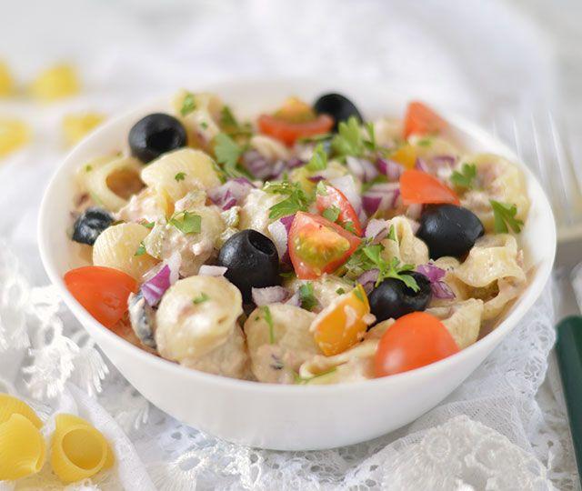 Pastasalade met tonijn en dan de gezonde versie. Lekker voor de lunch, diner of gewoon als bijgerecht. Geen mayonaise en lekker bomvol groenten.