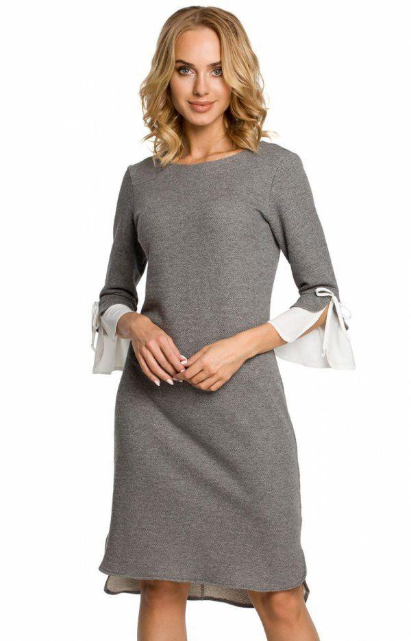 Moe M327 sukienka szara Wygodna dzianinowa sukienka, fason lekko dopasowany, tył delikatnie wydłużony