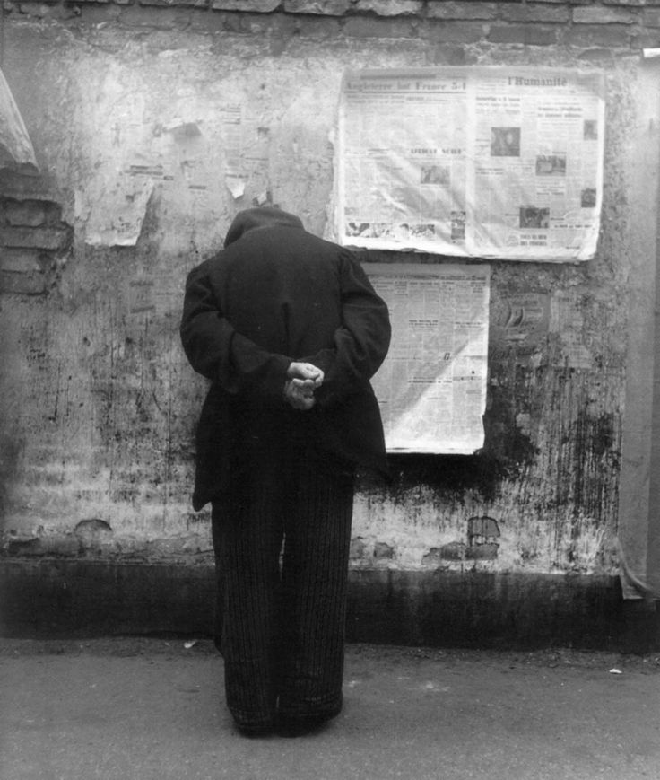 Louis Stettner, The Reading Wall, Paris, 1951-52