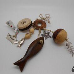 Bijou de sac porte clefs marin en bois - graines - métal argenté -  fil de lin - breloques - brun, beige, écru,