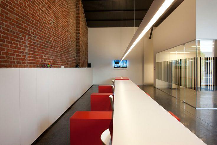 Wit bureau met rode stoelen - beton vloer