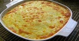 Suflê de Frango Fácil. Leve 4 colheres de manteiga ao forno e 4 colheres de farinha de trigo. Junte pouco a pouco 3 xícaras de leite quente e 4 xícaras de caldo de galinha, misturando sempre para não encaroçar. Adicionar 6 gemas ligeiramente batidas. Por fim, por 1 Kg de peito de frango cozido temperado a gosto desfiado, ou picado pequeno. Ponha esse creme em refratário, cubra com 6 claras batidas em neve e sobre elas colocar queijo ralado. Coloque no forno para gratinar. Depois, é só…