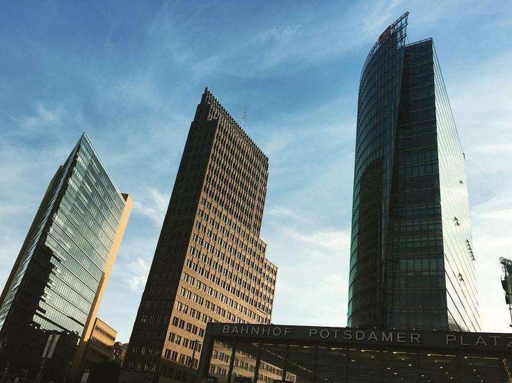 Símbolos do quanto um lugar pode mudar! #postdamerplatz #depoisdomurodeberlin (em Potsdamer Platz)