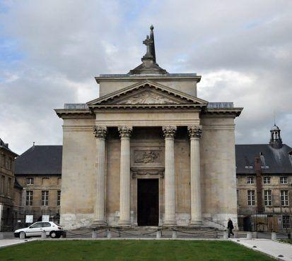 l'église Sainte–Madeleine à Rouen  est historiquement rattachée à un hôtel Dieu. Vers le milieu du XVIe siècle, la municipalité décide d'implanter vers l'ouest de la ville un nouvel hôpital pour les pestiférés. À cet endroit, il y a déjà un petit Hôtel Dieu et une chapelle. Les travaux ne commencent qu'un siècle plus tard... pour s'achever en 1757.