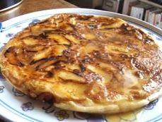 SANCIAUX - Crêpe épaisse typique du Berry fourrée aux pommes, cuite à la poêle et servie chaude saupoudrée de sucre.