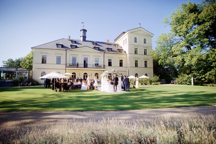 Wedding ceremony in the English park at Chateau Mcely