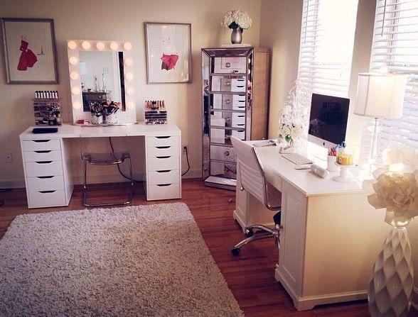 Ótima ideia para ter uma escrivaninha e uma penteadeira no quarto...!