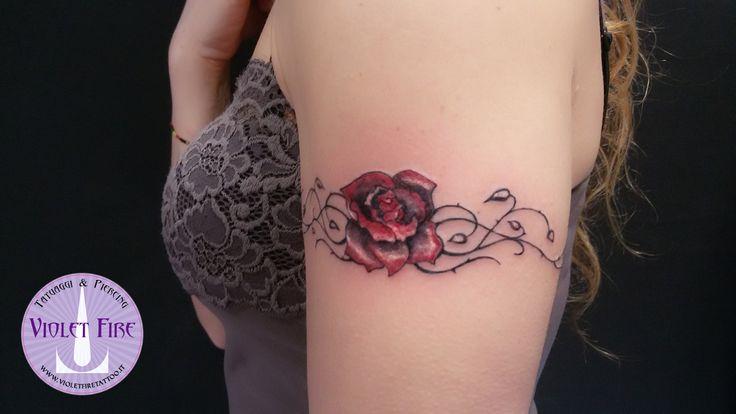 Tatuaggio rosa rossa con rovi su braccio, tatuaggio fiori - Violet Fire Tattoo - Adam Raia - Tatuaggi Maranello, Modena