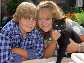 George har autisme. Da han var 10 år sleit han med selvskading, ensomhet og utagering - men så kom løskatten Ben som forandret alt.  Artikkelen er på engelsk.