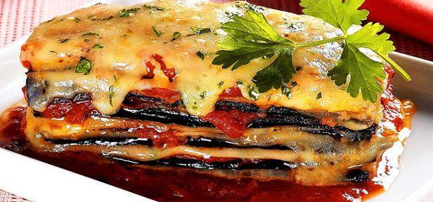 Uma ótima sugestão para o almoço, rápido e prático  Ingredientes 3 berinjelas grandes cruas 1 lata de molho de tomate de sua preferência 1 maço de coentro cortado e pedaços