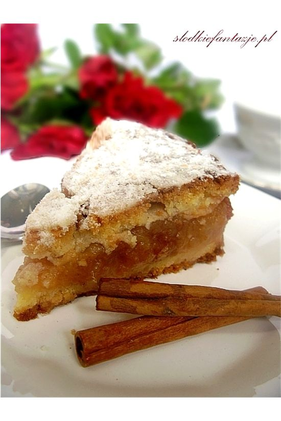 Pyszna, tradycyjna szarlotka na kruchuteńkim spodzie, z dużą ilością jabłek; z przepisu, z którego korzystamy w naszej rodzinie już od 3 pokoleń. :)