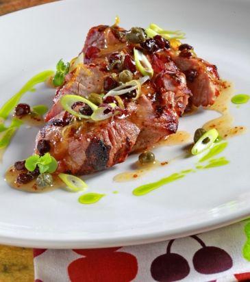 Μαρινάρουμε το φινόκιο με τη βινεγκρέτ λεμόνι, αλατίζουμε και σερβίρουμε με τον χοιρινό λαιμό, τη σάλτσα λεμόνι-σταφίδα και το φρέσκο κρεμμύδι.