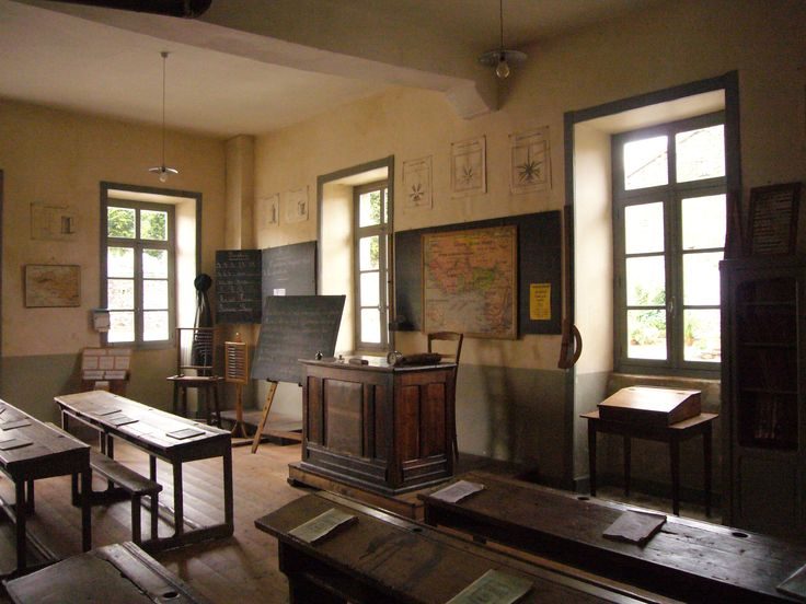 Old French School Room - Ancienne Salle de Classe Ecole Communale. c. 1900.  From Wiki Media Commons - Babsy