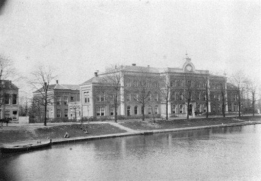 Het Algemeen ziekenhuis aan de Catharijnesingel, 1908-1912. Het Algemeen Ziekenhuis was hier gevestigd van 1872 tot 1989.