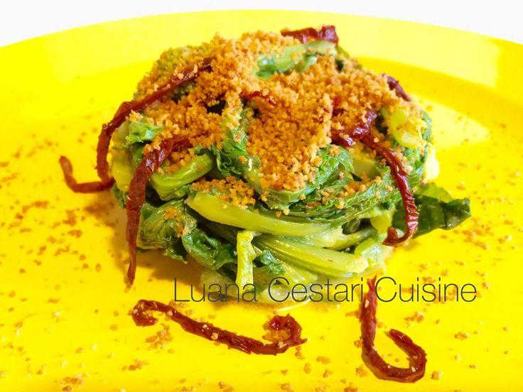 Cime di rapa alle briciole di pane con pomodori secchi http://luanacestaricuisine.tumblr.com/post/109185324066/cime-di-rapa-alle-briciole-di-pane-con-pomodori