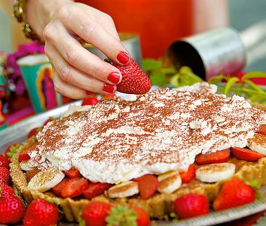 Den här efterrättspajen svänger du smidigt ihop utan ugn. Den består av en digestivebotten som toppas med kolakrämen dulce de leche, grädde, banan och jordgubbar. Barnsligt enkelt, och lika barnsligt gott!