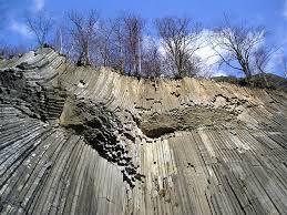 Národní přírodní rezervace Zlatý vrch - čedičové sloupce s výškou až 30 m