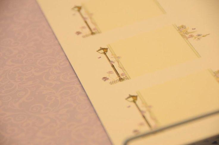På www.papirgleder.no finner du det du trenger for å lage kort og invitasjoner til konfirmasjon, dåp, bryllup og bursdager! I tillegg har vi masse flotte tekstiler du kan sy quilt, homedecor, klær, gaver m.m. Velkommen innom! bordkort til bryllup, konfirmasjon, dåp m.m. :)