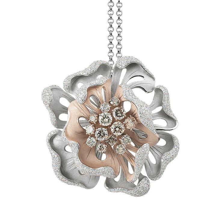 Золотая подвеска с бриллиантами украсит ваш женственный образ. Это украшение достойно вас. Роскошная цветочная композиция украсит ваше декольте бриллиантовым блеском. Золотой цветок – лучший подарок для вас.