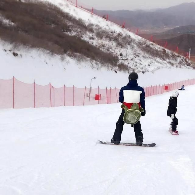林更新滑雪造型骚到没有朋友,摔到不能自理还撩到了妹子