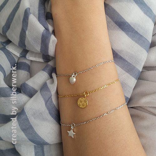 Davon hat man nie genug, oder? Die kleinen Mini-Anhänger als Armkettchen gibt es hier: https://www.silberwerk.de/katalog/227-armkette-little-sign