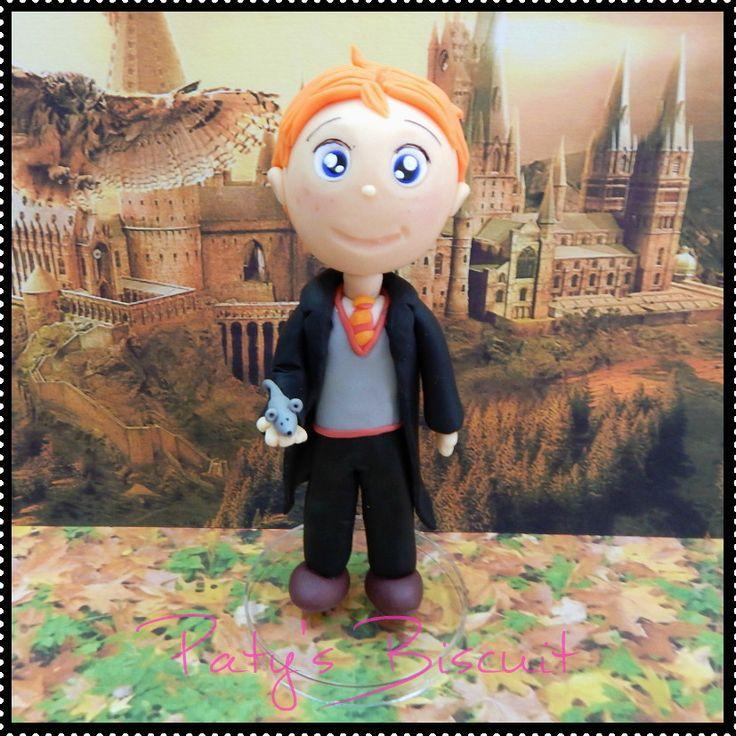 Miniatura colecionável Rony Weasley, personagem da série Harry Potter, escrita por J. K. Rowling. <br> <br>Produto sob encomenda. Valor unitário. <br>Material: biscuit; base acrílica redonda. Altura: 15cm. <br> <br>Antes de encomendar, não esqueça de conferir as políticas da loja (http://www.elo7.com.br/patysbiscuit/politicas ), e de entrar em contato para consultar disponibilidade na agenda!