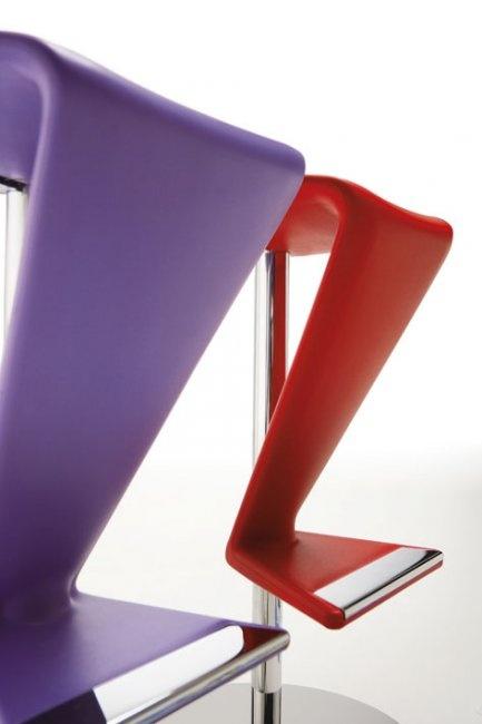 Siedzisko wykonane z poliuretanu dostępne w sześciu intensywnych kolorach.